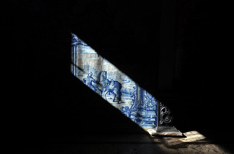 Luz natural clareia azulejos no portão principal da igreja