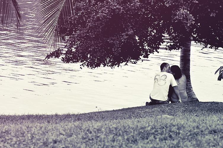 Casal namora às margens da Lagoa